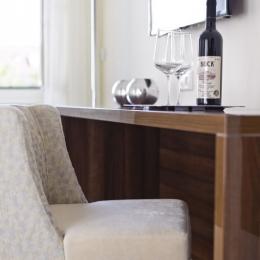 Adele Hotel - Superior szoba - asztalka