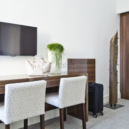 Adele Hotel - Standard szoba - asztal